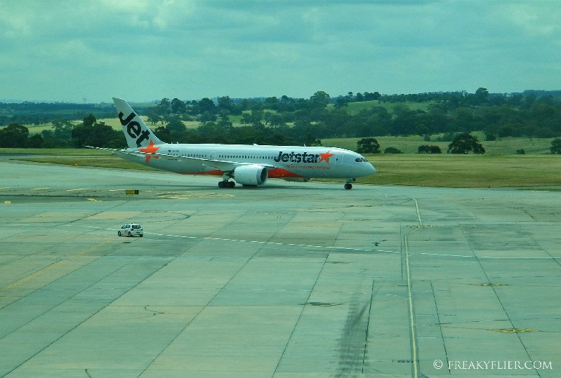 Jetstar's Boeing 787 Dreamliner arriving at Melbourne Airport