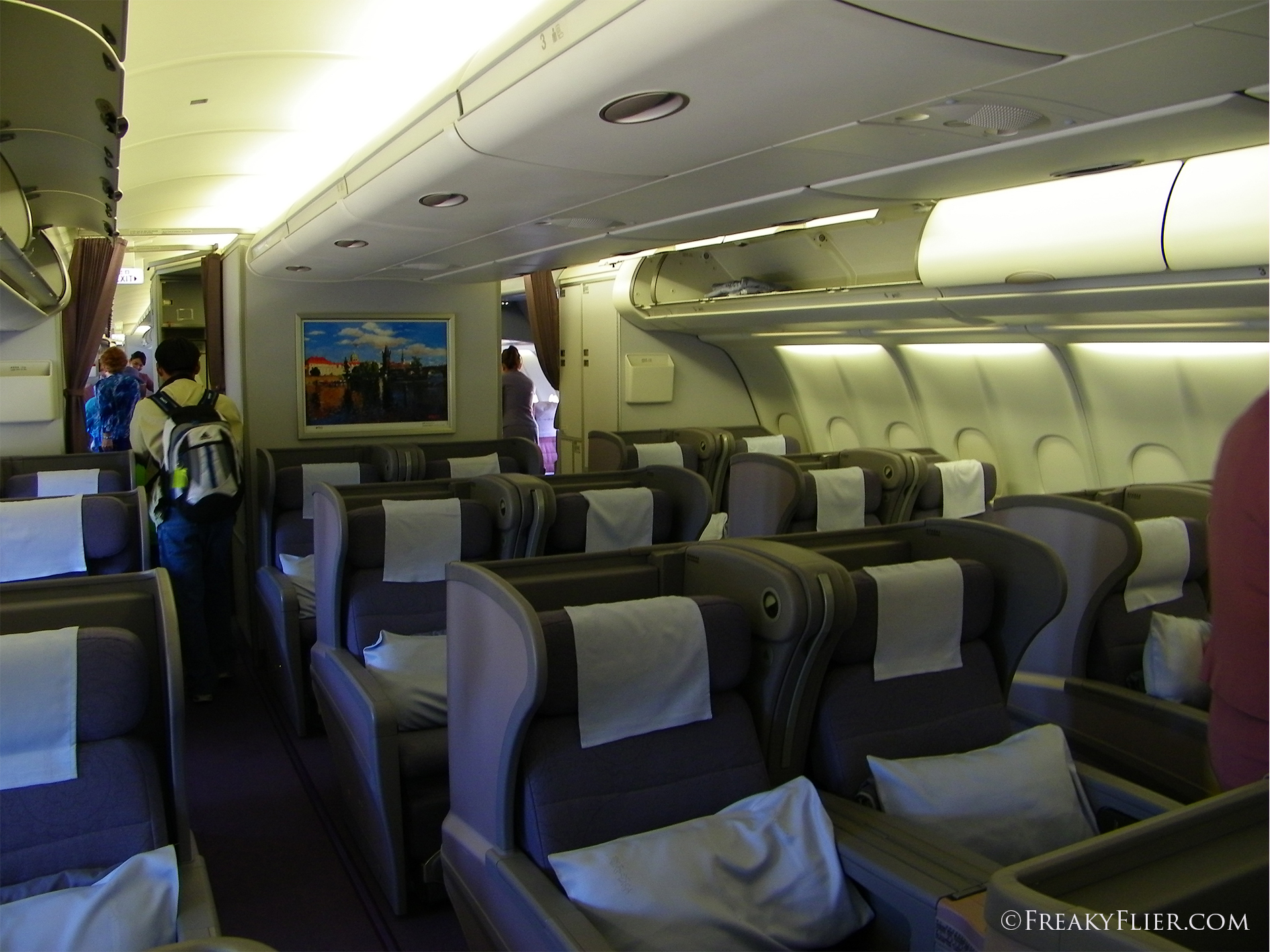 Business class cabin on chins airlines airbus a330 300 for Interieur avion westjet